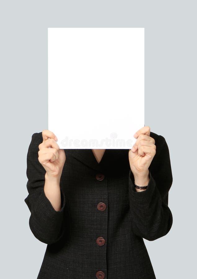 拿着空白的牌的女实业家 库存图片