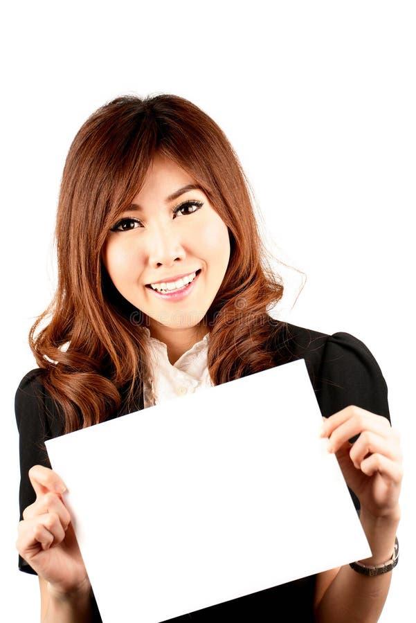 拿着空白的白板的年轻可爱的亚裔妇女 库存图片