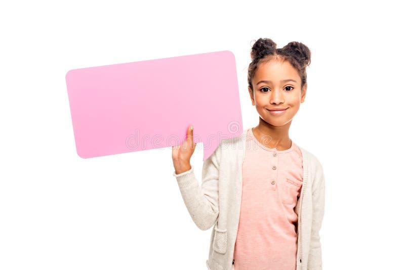 拿着空白的讲话泡影和微笑对照相机的可爱的非裔美国人的孩子 免版税库存照片