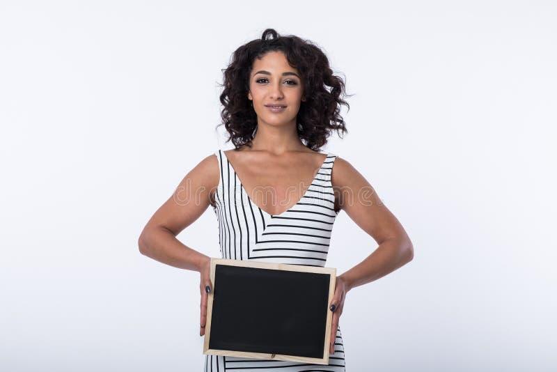 拿着空白的黑板的女商人 库存照片