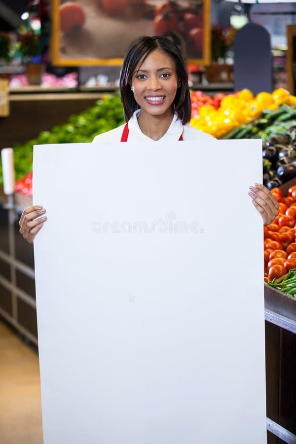 拿着空白纸的女职工 免版税库存照片