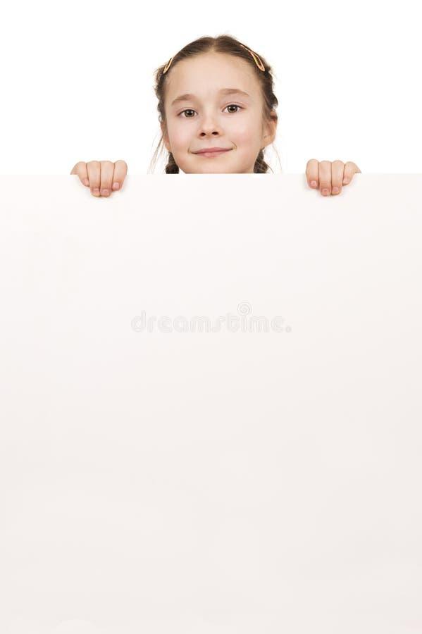 拿着空的白板isolat的一个摆在的女孩的画象 免版税图库摄影