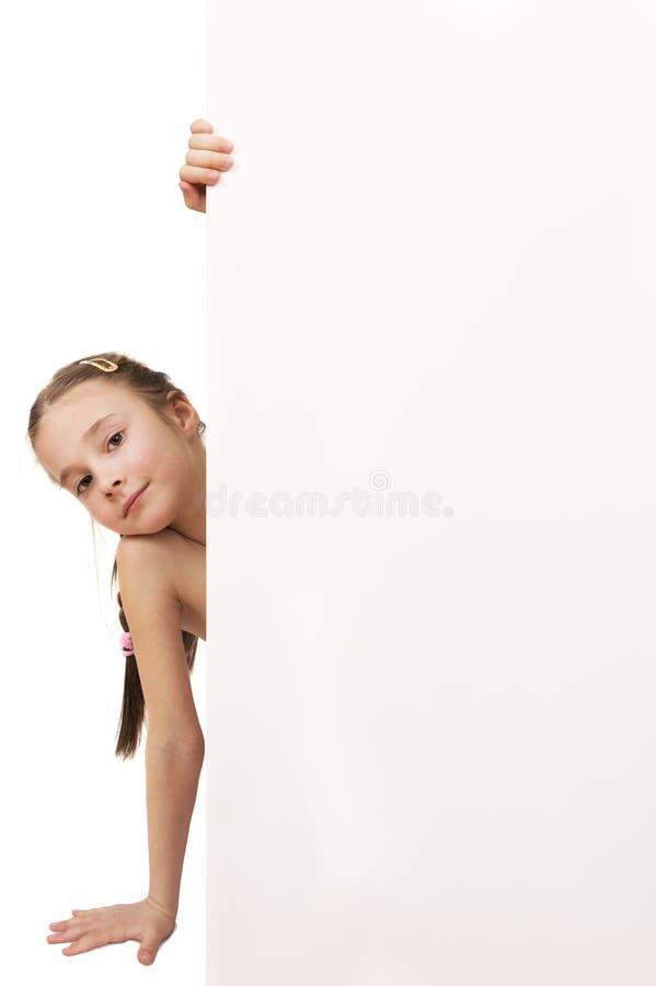 拿着空的白板isolat的一个摆在的女孩的画象 免版税库存图片