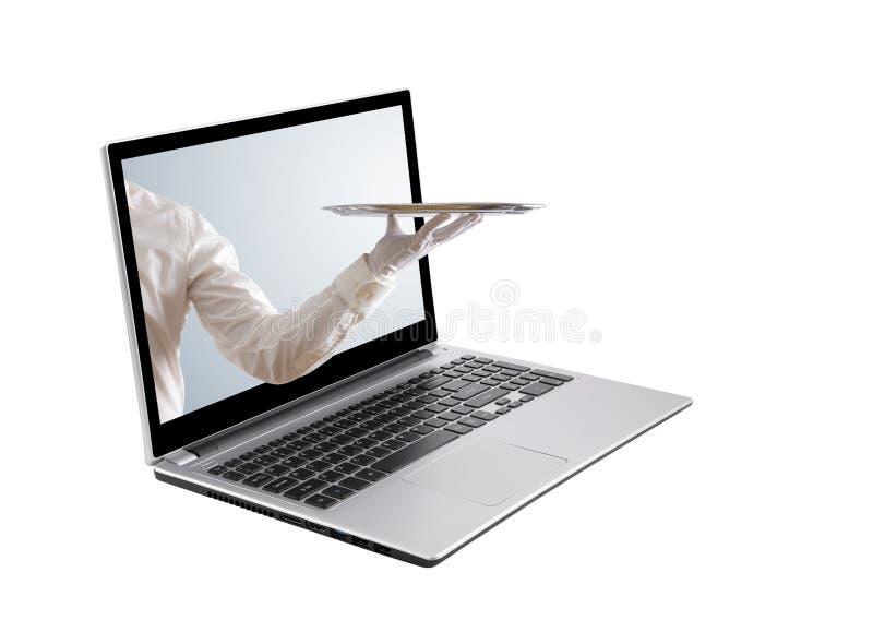 拿着空的银色盘子的侍者在膝上型计算机屏幕外面 库存照片