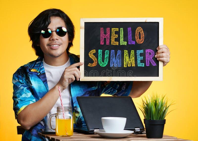 拿着空的黑板的亚裔人,当研究夏天Vacat时 免版税库存照片