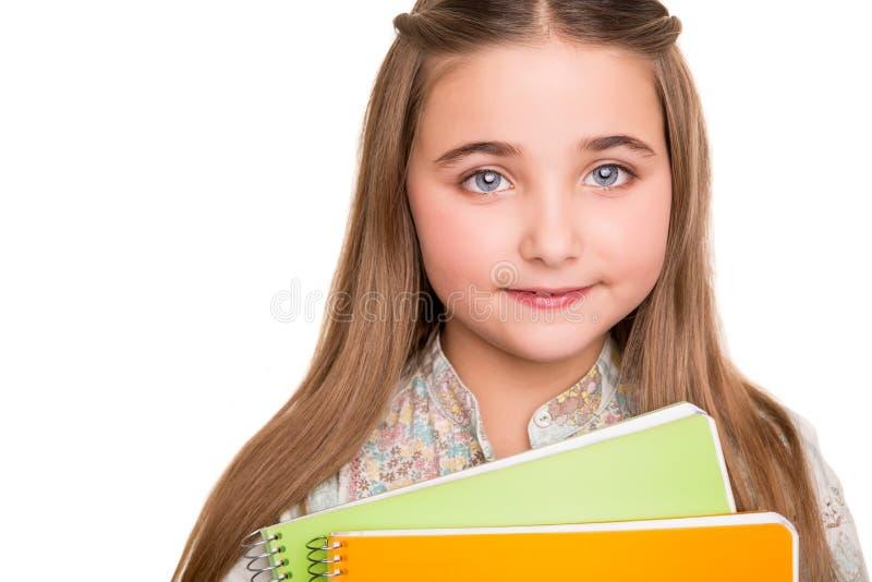 拿着笔记本的小学生 库存图片
