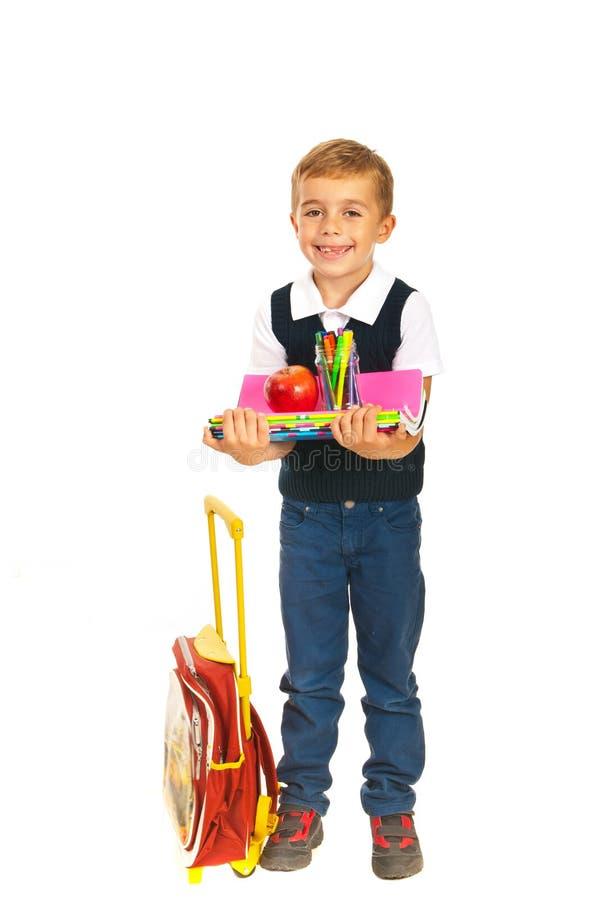 拿着笔记本的愉快的男孩 免版税库存照片