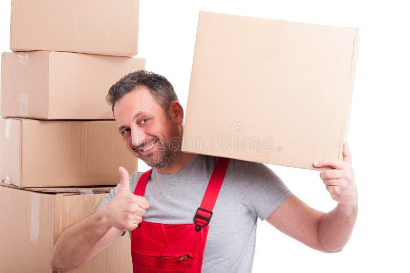 拿着箱子和显示象姿态的搬家工人人 免版税库存照片