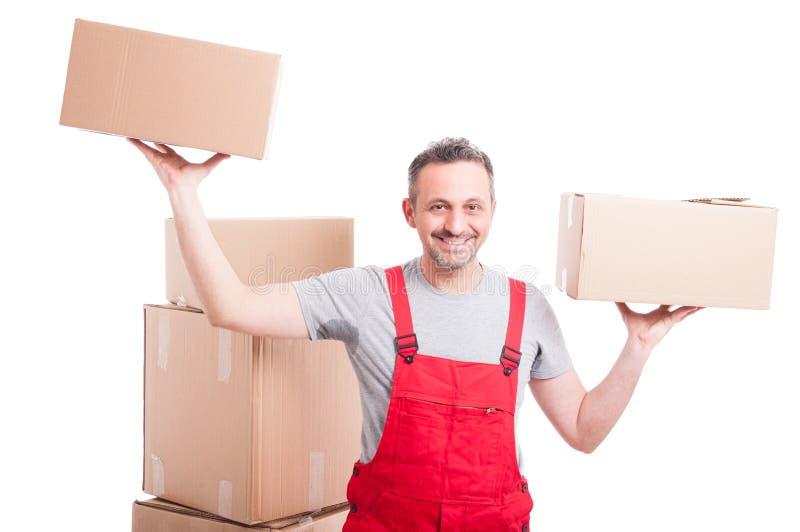 拿着箱子用两只手的搬家工人人看起来满身是汗 库存照片