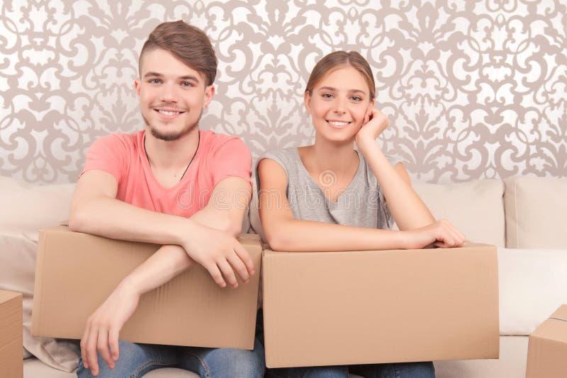 拿着箱子的快乐的夫妇 库存图片