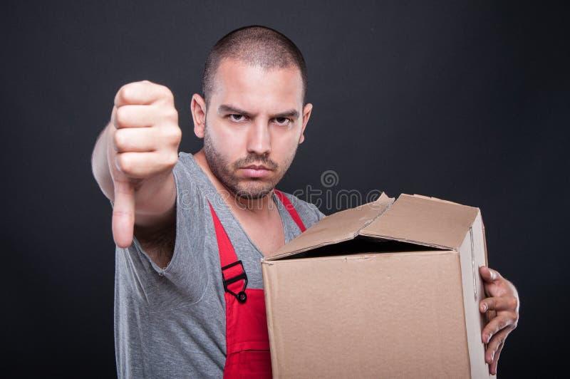 拿着箱子的生气搬家工人人显示拇指下来 库存图片