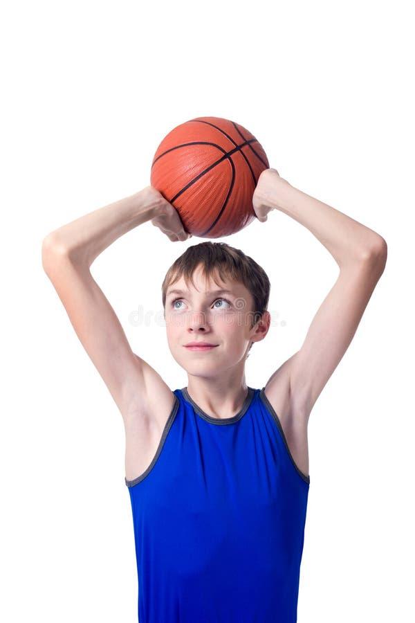 拿着篮球的少年一个球在他的头 被隔绝的o 图库摄影