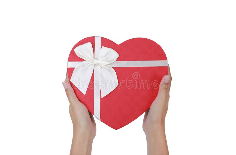 拿着红心华伦泰欢乐的妇女手礼物盒被隔绝在白色背景 图库摄影
