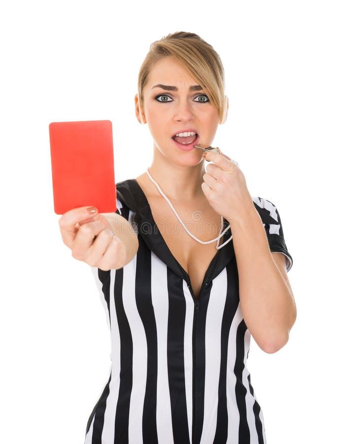 拿着红牌的女性裁判员 图库摄影
