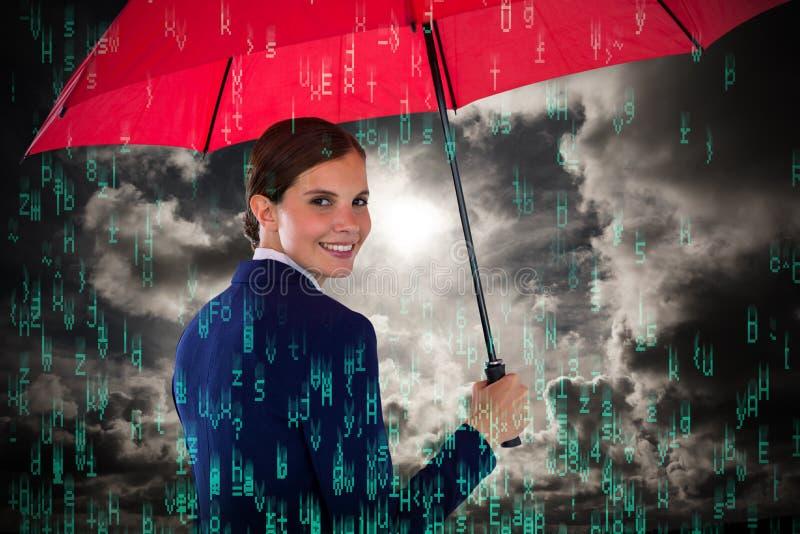 拿着红色伞的微笑的女实业家画象的综合图象 库存照片