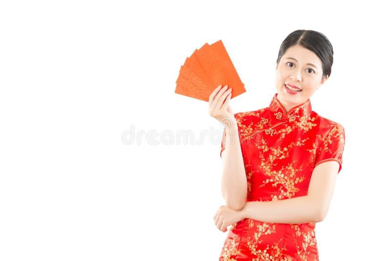 拿着红色信封幸运的金钱的妇女 免版税库存照片