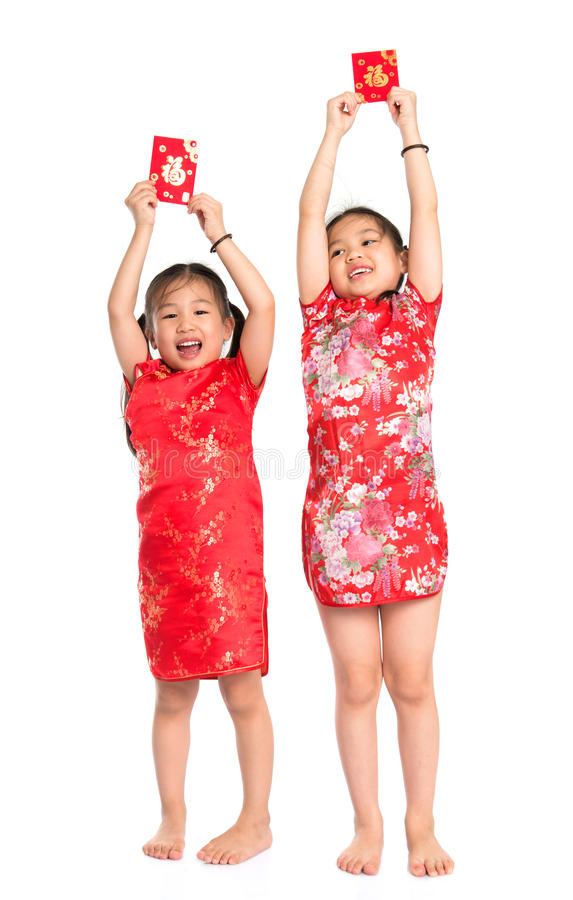 拿着红色小包的愉快的亚裔孩子 免版税库存图片