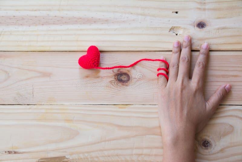 拿着红色心脏钩针编织编织的手 库存照片