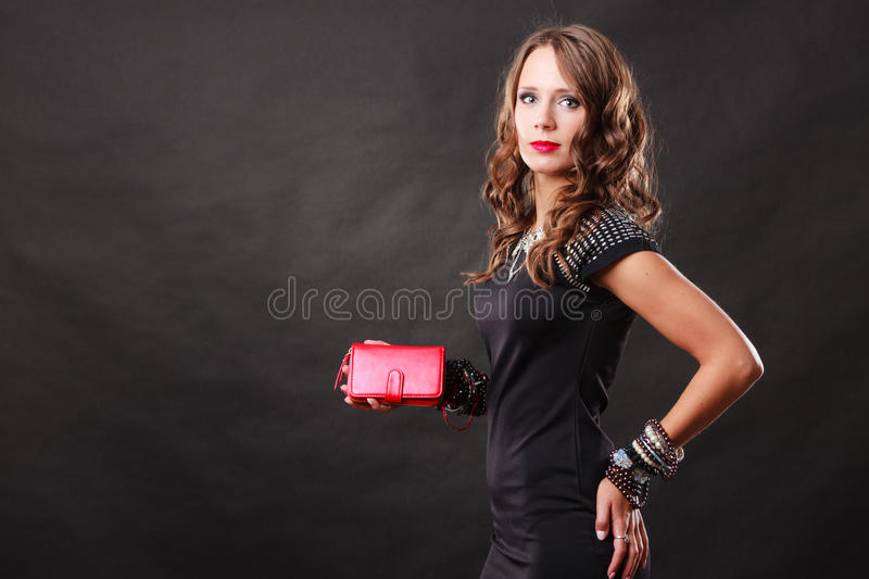 拿着红色提包女用无带提包的端庄的妇女 免版税库存照片