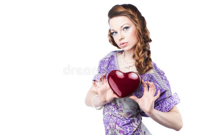 拿着红色浪漫妇女的美好的黑暗的重点 免版税库存图片