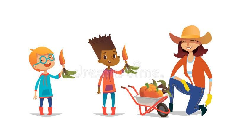 拿着红萝卜和女性农业工作者的笑的多种族孩子在胶靴和草帽穿戴了 向量例证