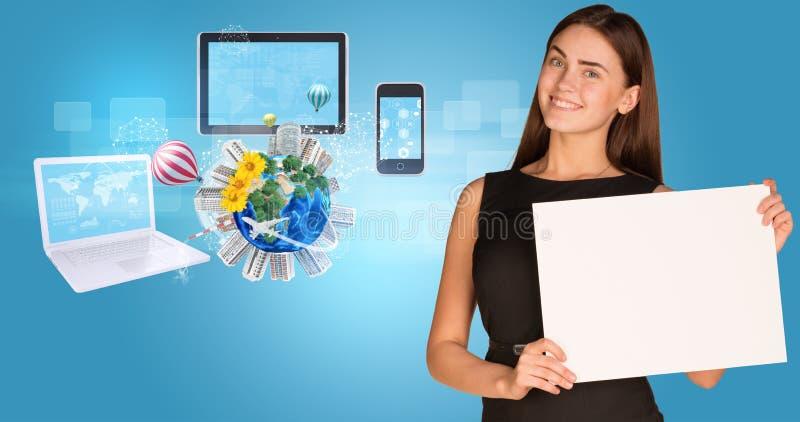 拿着纸持有人的美丽的女实业家 免版税库存图片