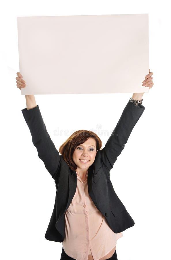 拿着纸板标志的愉快的繁忙的女商人当拷贝空间 图库摄影