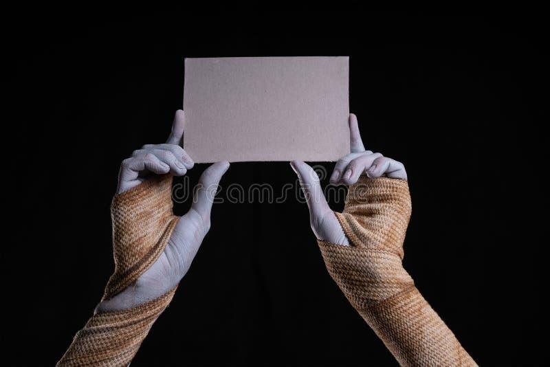 拿着纸板的片断鬼的妈咪 免版税库存照片