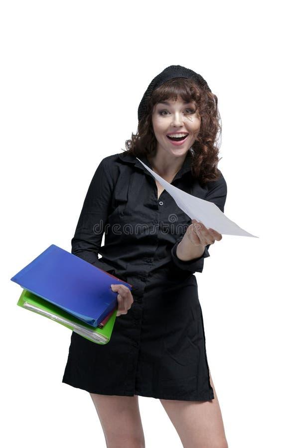 拿着纸的一个愉快的女商人的画象 免版税库存照片