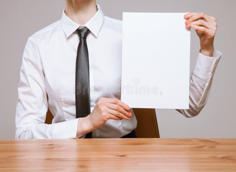 拿着纸的一片空的叶子无法认出的女实业家 免版税图库摄影