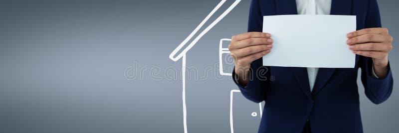 拿着纸的妇女反对与房子象的蓝色背景作为房子保险概念 库存例证