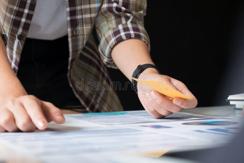 拿着纸笔记的妇女在有选择聚焦的办公室在船具 免版税库存图片
