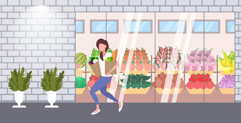 拿着纸袋的妇女顾客有很多杂货女性顾客购买产品购物的概念现代杂货店 皇族释放例证