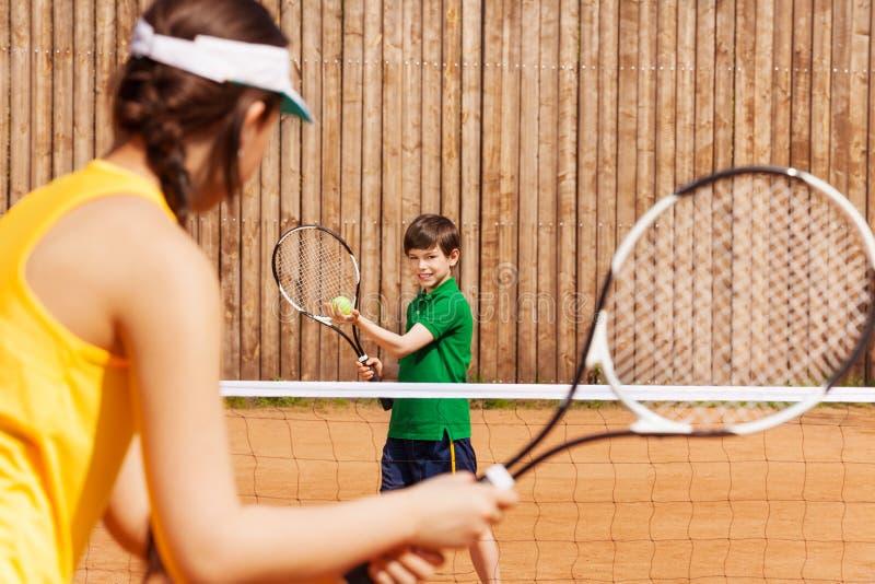 拿着网球和球拍的男孩,开始集合 免版税库存图片