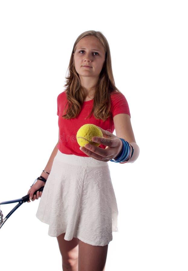 拿着网球拍和球的年轻十几岁的女孩 免版税库存照片
