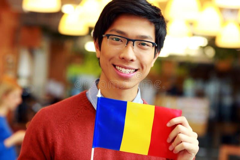 拿着罗马尼亚的旗子的亚裔男孩 免版税图库摄影
