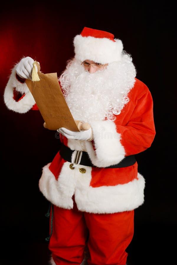拿着羊皮纸的老纸卷圣诞老人, 库存照片