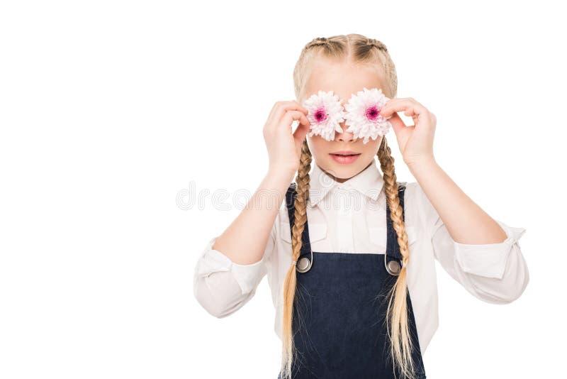 拿着美丽的花的逗人喜爱的小女孩 库存照片