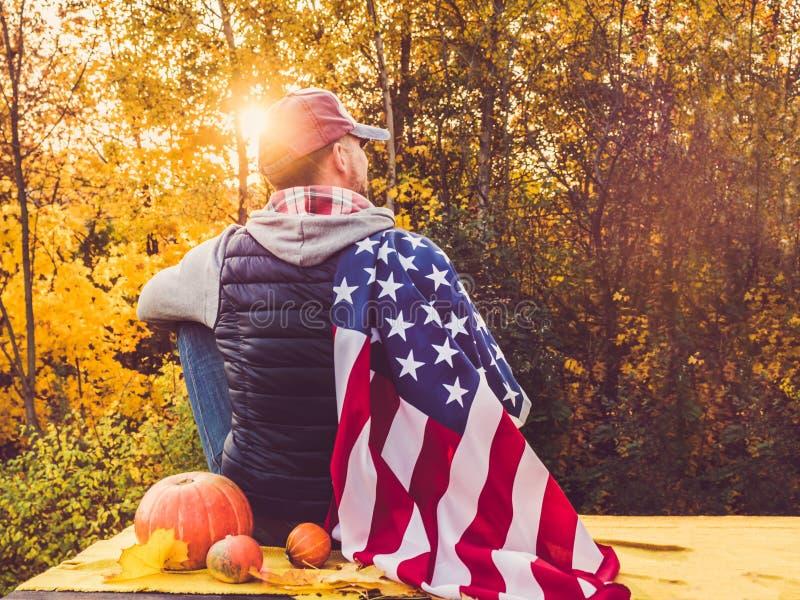 拿着美国旗子的人 国庆节 免版税图库摄影