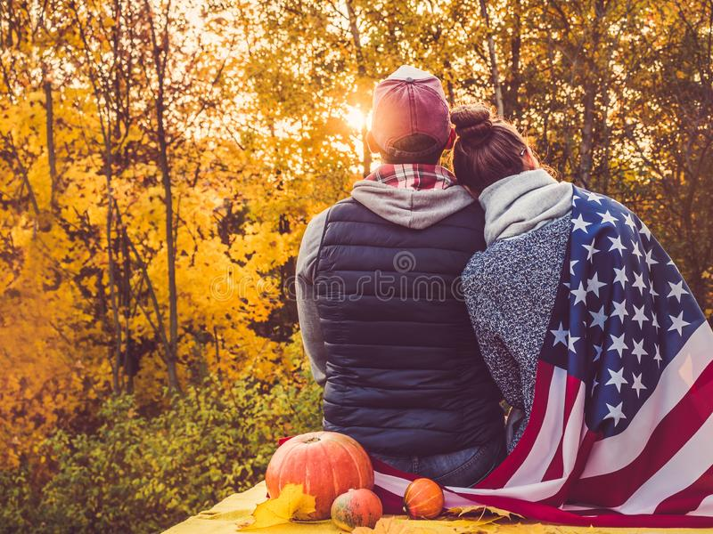 拿着美国旗子的愉快的已婚夫妇 库存照片