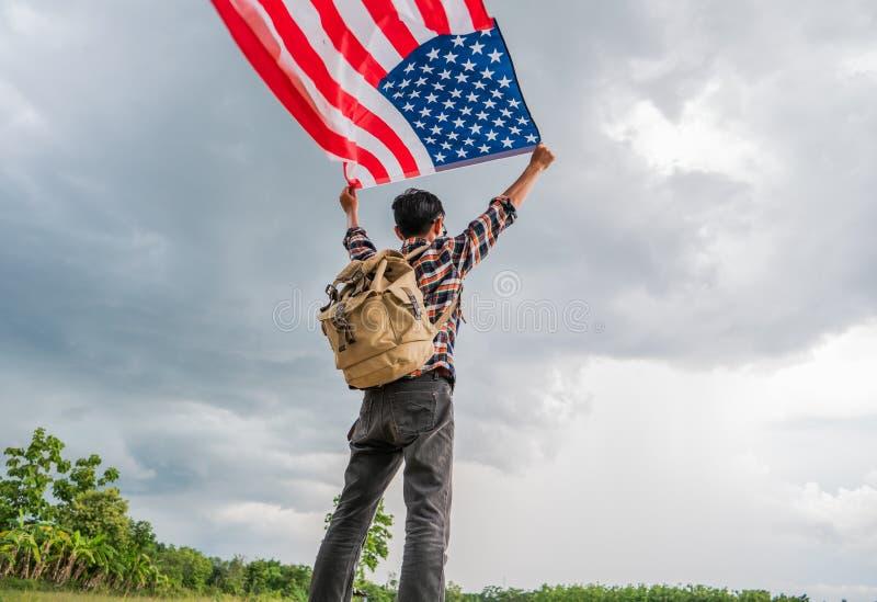 拿着美国美国的旅行家人下垂室外与动乱的预兆 库存照片