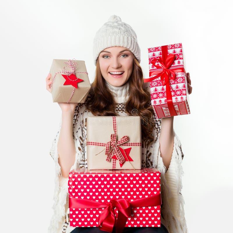 拿着美妙地被包裹的礼物, xmas概念的华美的女孩 免版税库存图片