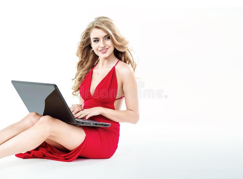 拿着膝上型计算机的一个典雅的夫人的画象 免版税库存图片
