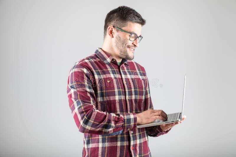 Download 拿着膝上型计算机的有胡子的人 库存图片. 图片 包括有 英俊, 愉快, 设计, 通信, 有吸引力的, 笔记本 - 72362235