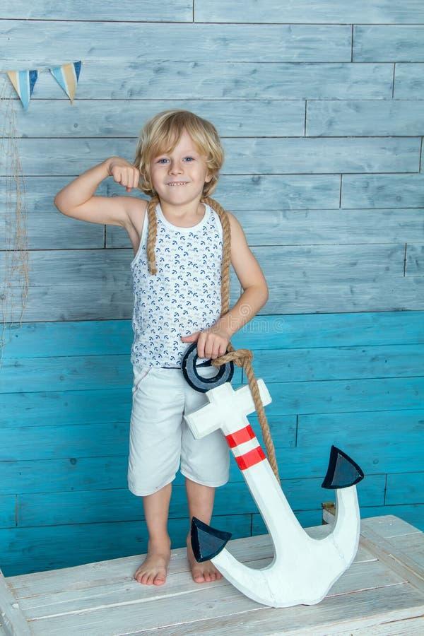 拿着船锚的孩子 免版税库存图片