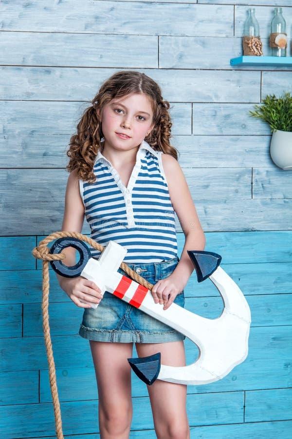 拿着船锚的孩子 免版税图库摄影