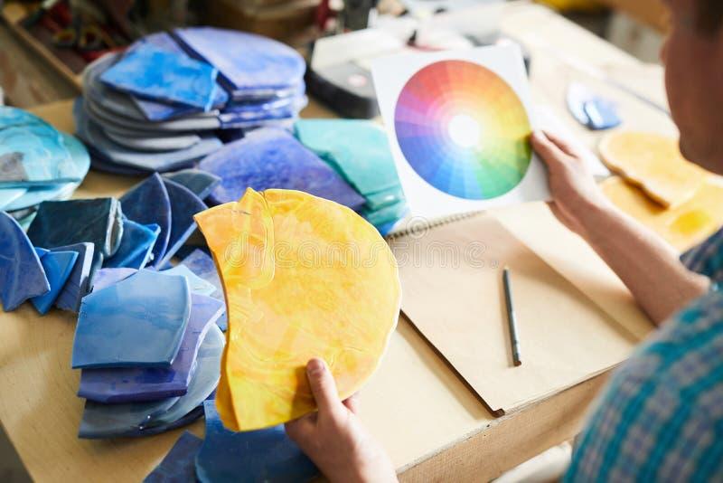 拿着色环的艺术家 免版税库存图片