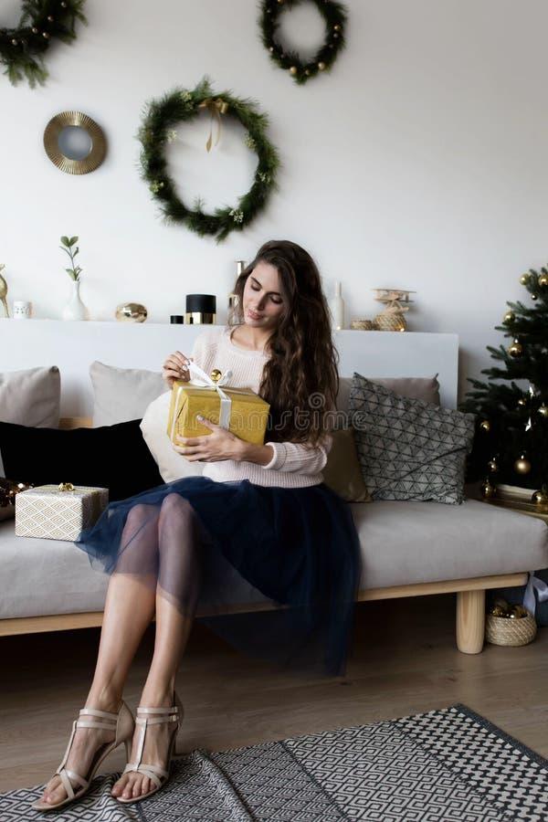 拿着节日礼物的妇女 免版税库存照片