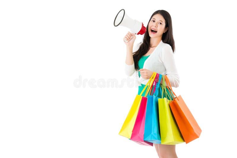 拿着节日礼物的愉快的亚裔妇女 免版税库存图片
