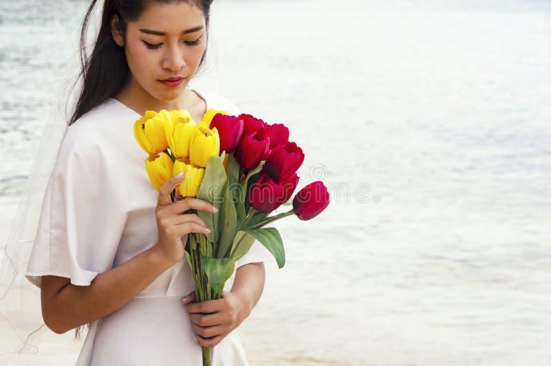 拿着花的圆的花束美丽的新娘 库存图片